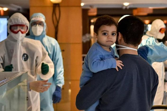 Lebanese nationals repatriated from Qatar enter quarantine at a hotel in the Lebanese capital Beirut (AFP Photo/-)