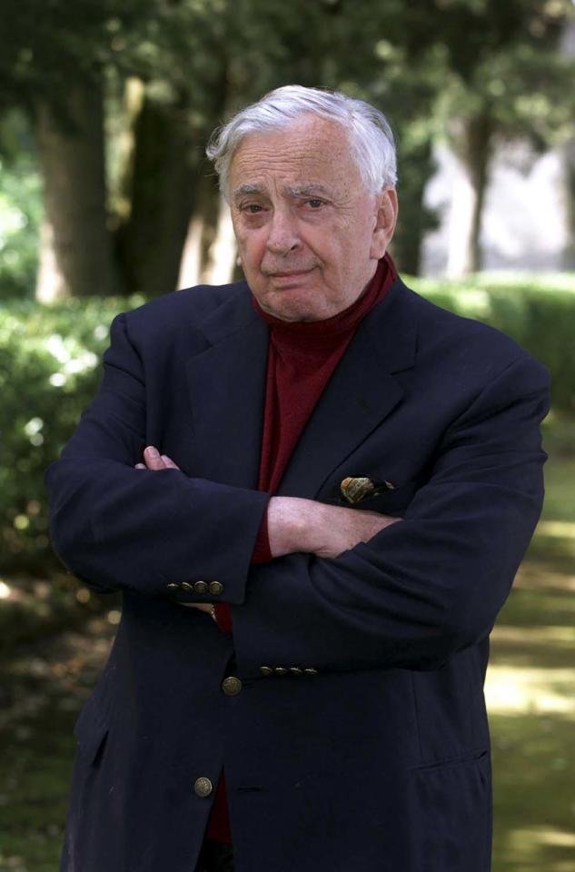 U.S. author Gore Vidal poses at his home in Ravello, southern Italy, in this May 9, 2001 file photo.  Vidal, whose biting observations on politics, sex and American culture in novels and essays made him one of the best-known American authors of his generation, died at his home in Los Angeles on July 31, 2012 of complications from pneumonia, at the age of 86. REUTERS/Stringer/Files