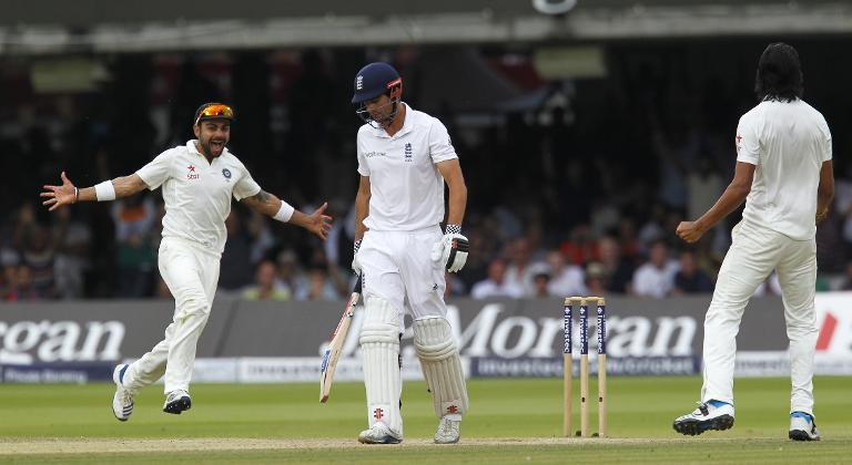 India's Ishant Sharma (right) celebrates with Virat Kohli (L) after taking Alastair Cook's wicket on the fourth day of the second Test between England and India at Lord's on July 20, 2014 (AFP Photo/Ian Kington)