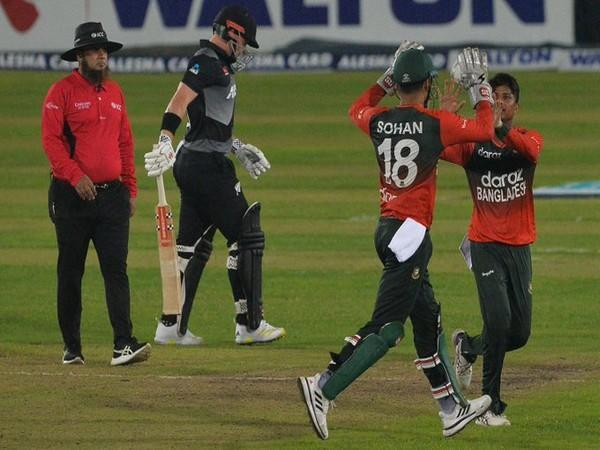 Bangladesh players celebrate the fall of a NZ wicket. (Photo/ ICC Twitter)
