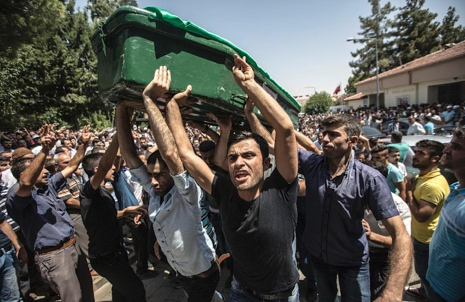 Mourners carry a coffin during the August 21, 2016 funeral for victims of the attack on a wedding party that left 50 dead in Gaziantep in southeastern Turkey (AFP Photo/Ahmed Deeb)