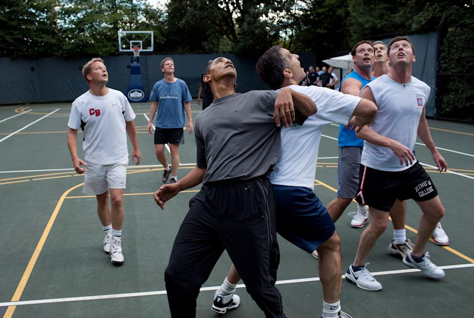 Le président des États-Unis, Barack Obama, joue au basketball avec les secrétaires du Cabinet et les membres du Congrès sur un terrain à la Maison-Blanche, le 8 octobre 2009 à Washington. (Photo de Pete Souza/The White House via Getty Images)