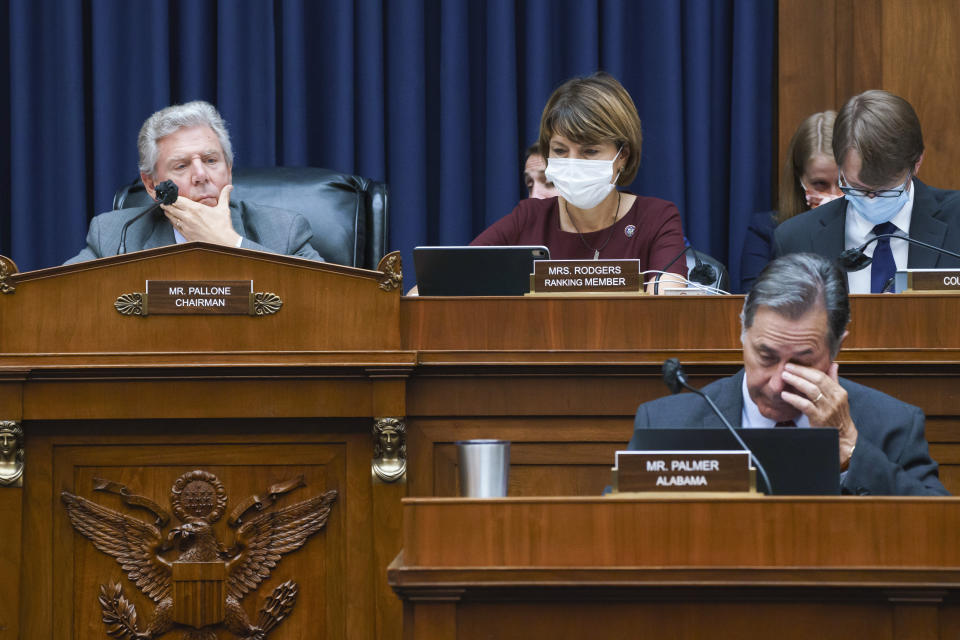 """House Energy and Commerce Chairman Frank Pallone, D-N.J., left, with Rep. Cathy McMorris Rodgers, R-Wash., the ranking member, work on the """"Build Back Better"""" package, a cornerstone of President Joe Biden's domestic agenda, at the Capitol in Washington, Wednesday, Sept. 15, 2021. (AP Photo/J. Scott Applewhite)"""