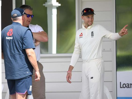 Giles chats with Root (Getty)