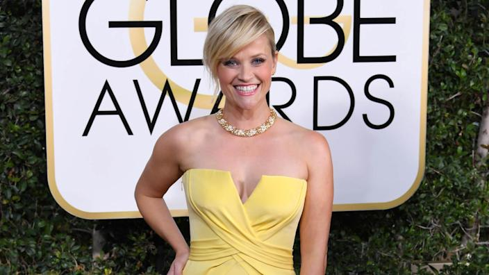 Mandatory Credit: Photo by REX/Shutterstock (7734773hd)Reese Witherspoon74th Annual Golden Globe Awards, Arrivals, Los Angeles, USA - 08 Jan 2017WEARING ATELIER VERSACE.