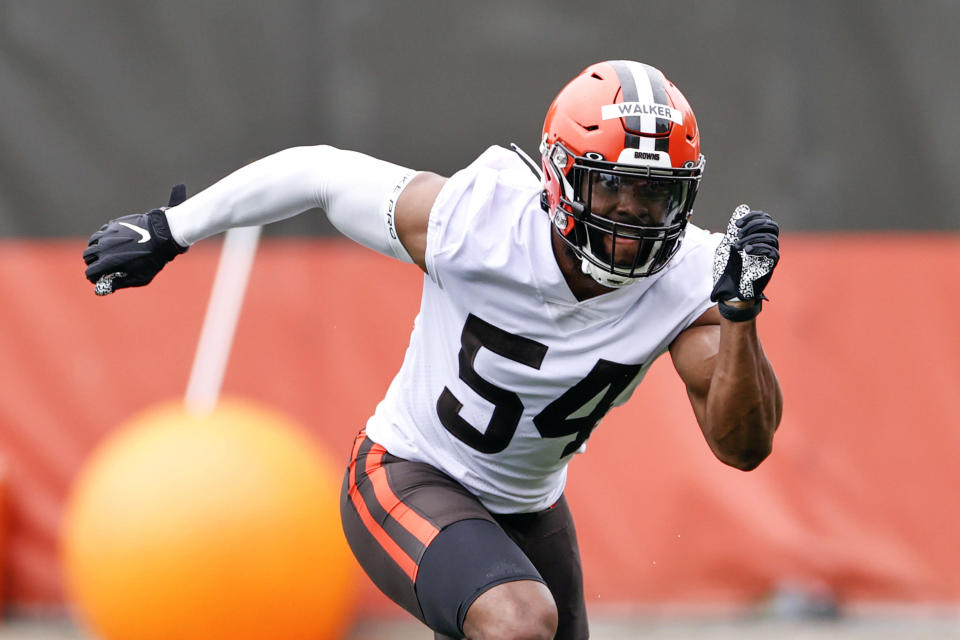 """FILE - Cleveland Browns linebacker Anthony Walker Jr. runs through a drill during NFL football practice at the team's training facility in Berea, Ohio, in this Wednesday, June 2, 2021, file photo. Browns starting middle linebacker Anthony Walker Jr. may miss an extended period with a right knee injury sustained on a non-contact play in training camp. Coach Kevin Stefanski said Tuesday, Aug. 3, 2021, that Walker, one of Cleveland's biggest free agency acquisitions, will not need surgery. Stefanski did not provide a definitive time frame on the 25-year-old's return.""""It's a week-plus,"""" he said. (AP Photo/Ron Schwane, File)"""