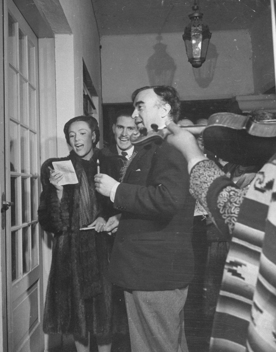 <p>The actress and her friends spread some yuletide cheer in the form of Christmas carols. The actress ventured door to door, singing festive tunes for all that would listen.</p>