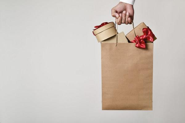 Shopping bag with gifts (CNW Group/Retail Council of Canada)