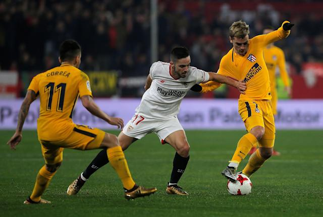 Soccer Football - Spanish King's Cup - Quarter Final Second Leg - Sevilla vs Atletico Madrid - Ramon Sanchez Pizjuan, Seville, Spain - January 23, 2018 Atletico Madrid's Antoine Griezmann and Angel Correa in action with Sevilla's Pablo Sarabia REUTERS/Jon Nazca