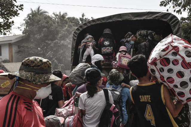 <p>Residents flock to board a military truck as they flee the nine kilometer extended danger zone around Mount Mayon in Guinobatan, Albay province, Philippines, Jan. 23, 2018. (Photo: Ezra Acayan/NurPhoto via Getty Images) </p>