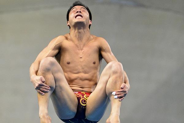 China's He Chong  competes in the men's 3m springboard preliminary round during the diving event at the London 2012 Olympic Games on August 6, 2012 in London.   AFP PHOTO / FABRICE COFFRINI