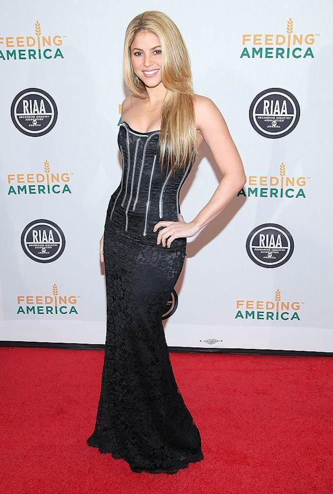 """Shakira showed off her curves in a strapless hip-hugging mermaid frock. Unfortunately, the gown was overshadowed by her tragic long locks. Michael Loccisano/<a href=""""http://www.gettyimages.com/"""" target=""""new"""">GettyImages.com</a> - January 20, 2009"""