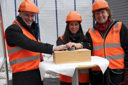 Oslo Mayor Marianne Borgen (R) and city council members Geir Lippestad (L) and Lan Marie Nguyen Berg (C) start the Klemetsrud incinerator in Oslo, Norway, January 25, 2016.  REUTERS/Alister Doyle