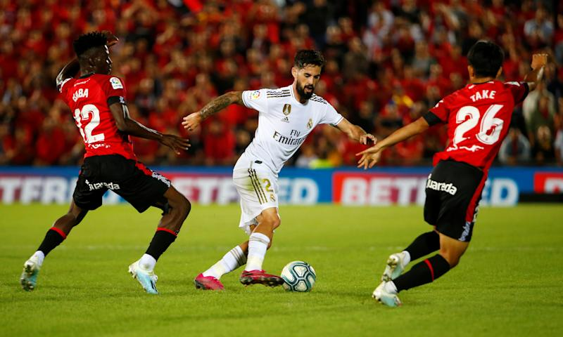 Soccer Football - La Liga Santander - RCD Mallorca v Real Madrid - Iberostar Stadium, Palma, Spain - October 19, 2019 Real Madrid's Isco in action with Mallorca's Iddrisu Baba and Takefusa Kubo REUTERS/Javier Barbancho
