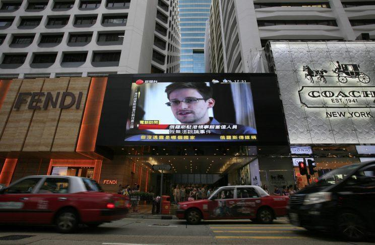 A TV screen shows a news report of Edward Snowden at a shopping mall in Hong Kong. (Photo: Vincent Yu/AP)