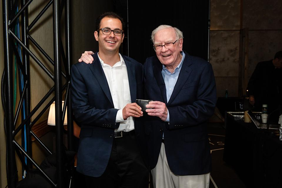 Joshua Browder, left, with the world's most famous investor, Warren Buffet in 2018. Source: Twitter/Joshua Browder