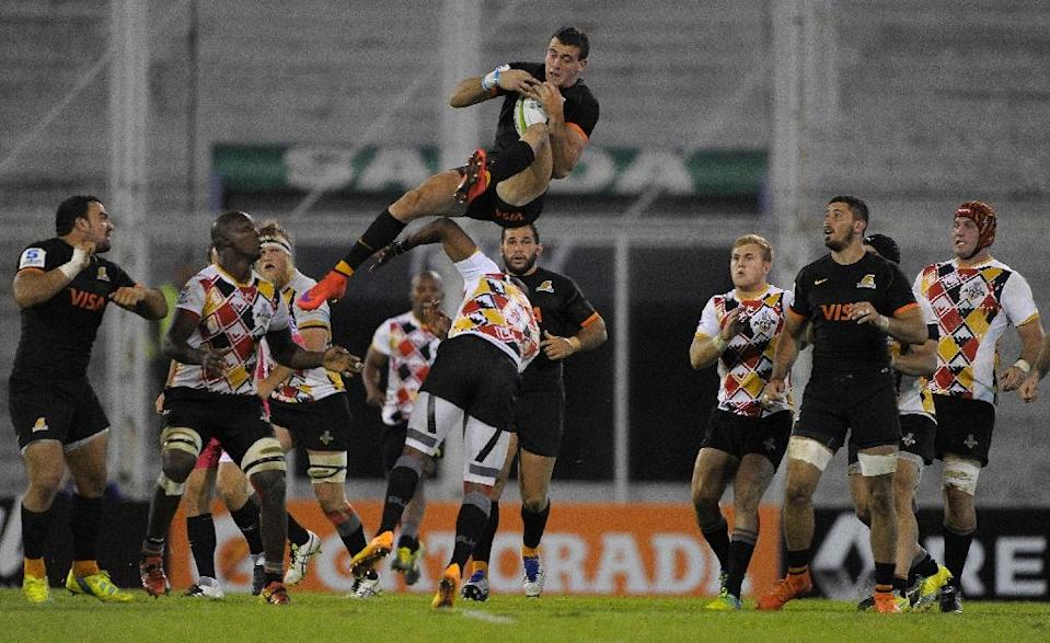 Jaguares' full back Emiliano Boffelli (C-top) jumps over Southern Kings' fly-half Elgar Watts (C) during their Super Rugby match at the Jose Amalfitani stadium in Buenos Aires, Argentina (AFP Photo/Alejandro Pagni)