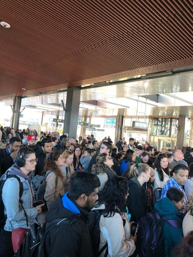 City apologizes for chaotic commute caused by jammed LRT door