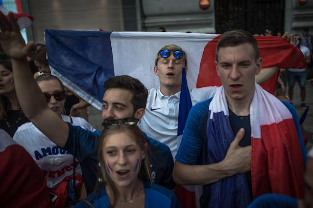 PIL02. Paris (France), 16/07/2018.- French supporters wait for the arrival of the France's national soccer team players for a parade down the Champs-Elysee avenue in Paris, France, 16 July 2018. France won 4-2 the FIFA World Cup 2018 final against Croatia in Moscow, on 15 July. (Croacia, Mundial de Fútbol, Moscú, Francia) EFE/EPA/ROMAN PILIPEY