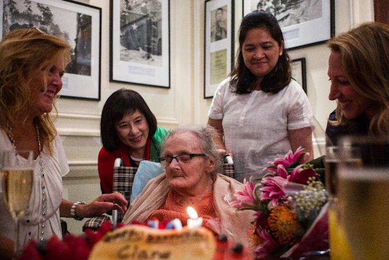 Veteran British war correspondent Clare Hollingworth (C) attends a celebration to mark her 105th birthday at the Foreign Correspondent's Club in Hong Kong on October 10, 2016 (AFP Photo/Anthony WALLACE)