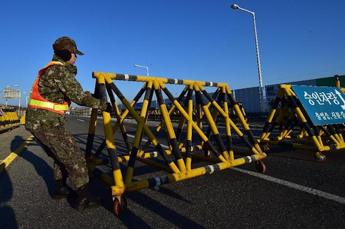 A South Korean soldier sets a barricade on the road leading to North Korea's Kaesong joint industrial complex at a military checkpoint in the border city of Paju near the Demilitarized zone dividing the two Koreas on January 8, 2016 (AFP Photo/Jung Yeon-Je)