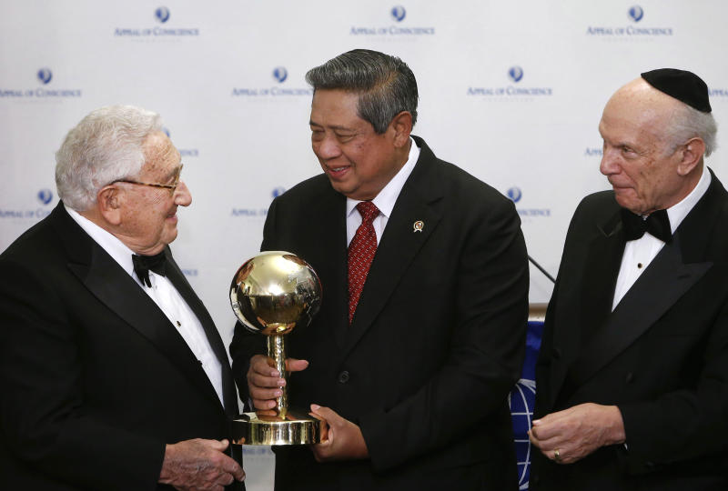 President Susilo Bambang Yudhoyono of Indonesia, center, is presented with a World Statesman Award by former Secretary of State Henry Kissinger, left, and Appeal of Conscience Foundation President Rabbi Arthur Schneier, right, Thursday, May 30, 2013 in New York. (AP Photo/Jason DeCrow)