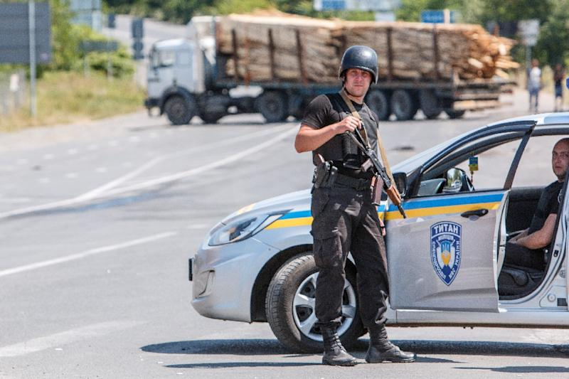 National Guard servicemen man a road block in the village of Lavky, near the small Ukrainian town of Mukacheve, on July 12, 2015 (AFP Photo/Alexander Zobin)