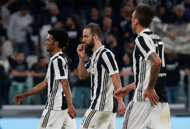 Soccer Football - Serie A - Juventus v Napoli - Allianz Stadium, Turin, Italy - April 22, 2018 Juventus' Gonzalo Higuain, Juan Cuadrado and Mario Mandzukic look dejected after the match REUTERS/Stefano Rellandini