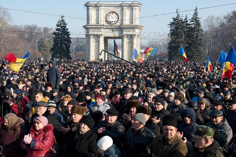 People attend a rally in front of the Parliament building in Chisinau, Moldova on January 21, 2016 (AFP Photo/Dorin Goian)