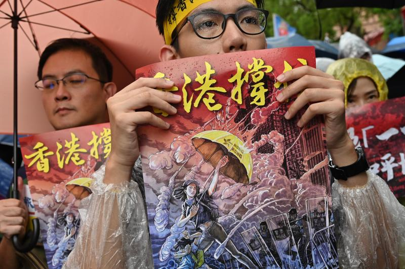 """TOPSHOT - Taiwanese march in the streets outside the parliament in Taipei during a demonstration to support Hong Kong's pro-democracy protests on September 29, 2019. - Thousands rallied in both Sydney and Taipei to support Hong Kong democracy protesters on September 29, kicking off a day of planned """"anti-totalitarianism"""" demonstrations globally. (Photo by Sam YEH / AFP) (Photo credit should read SAM YEH/AFP/Getty Images)"""