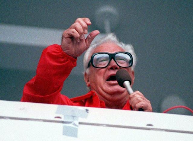 "Chicago Cubs' broadcaster Harry Caray sings ""Take Me Out To The Ballgame"" during the seventh inning stretch at Chicago's Wrigley Field on July 21, 1989. (AP Photo)"