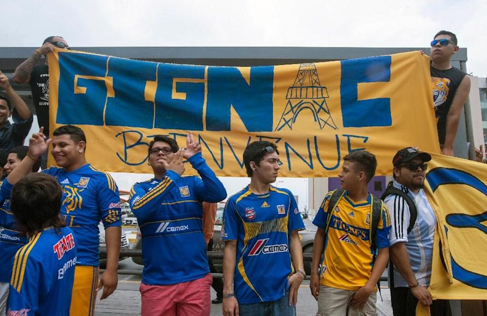 Fans of Tigres wait for French striker Andre Pierre Gignac upon his arrival at the airport of Monterrey, Mexico on June 18, 2015 (AFP Photo/Julio Cesar Aguilar)