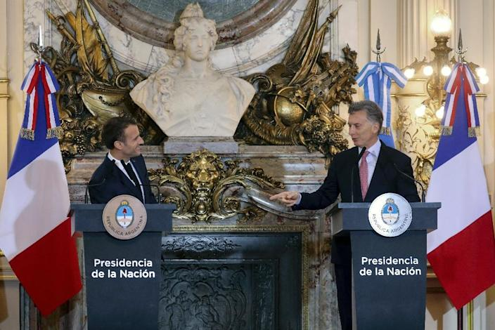 France's President Emmanuel Macron (left) speaks with Argentina's Mauricio Macri during a press conference at Casa Rosada presidential house in Buenos Aires on November 29, 2018 (AFP Photo/Ludovic MARIN)