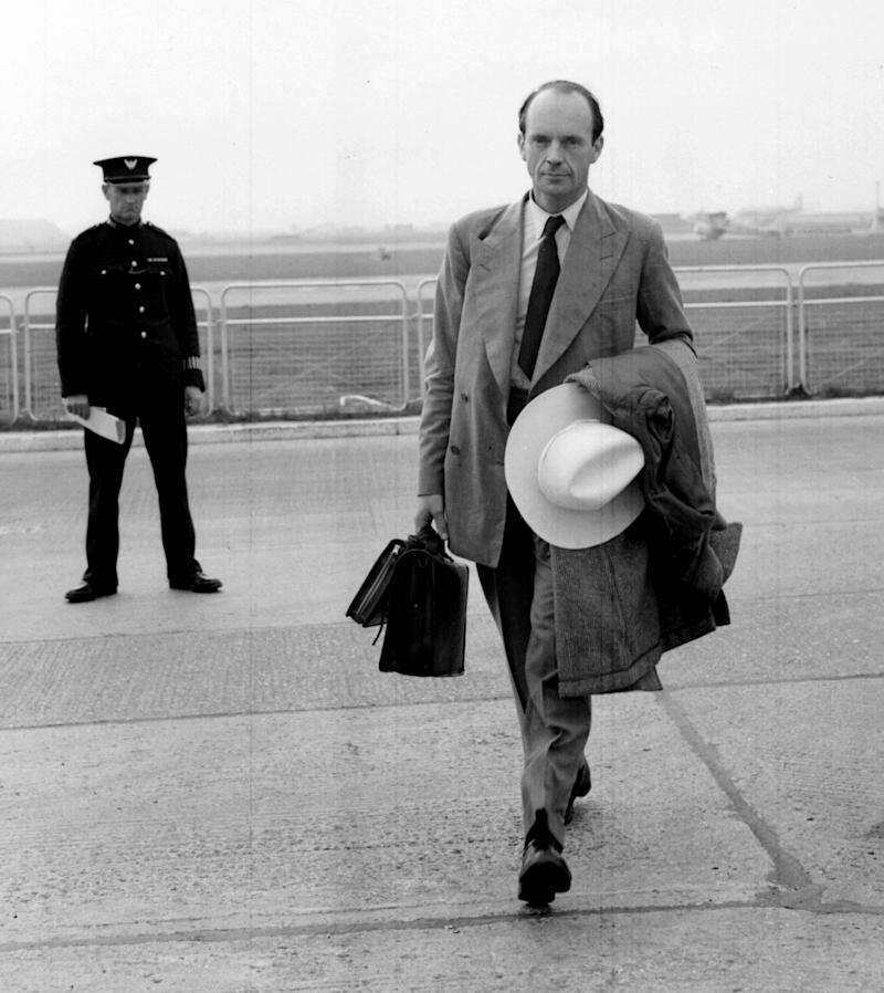 MARTIN CHARTERIS 1951: Carrying a ten gallon hat as a souvenir of his visit, Major the Hon. Martin Charteris, Princess Elizabeth's Private Secretary, arrives at London Airport from Montreal, Canada, via New York. (Photo by PA Images via Getty Images)