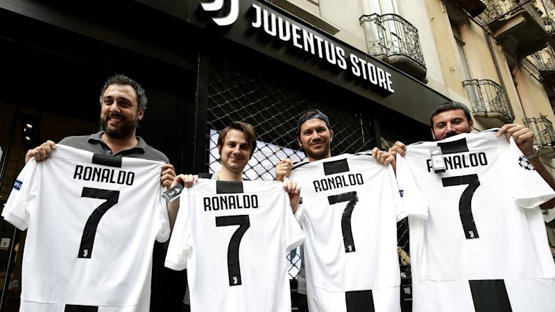 quality design 79c7c 3c99f Ronaldo gifted Juventus No.7 shirt by Cuadrado