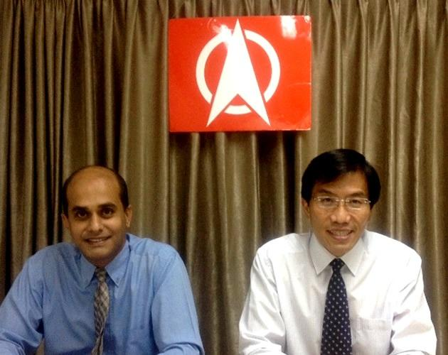 Singapore Democratic Party treasurer Vincent Wijeysingha presented the party's Shadow Budget for the financial year 2013 with secretary-general Chee Soon Juan (Yahoo! file photo)