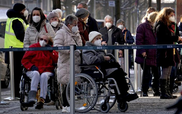 People queue in front of the vaccination center against the Covid-19 disease at the 'Arena Treptow' in Berlin - Michael Sohn / AP