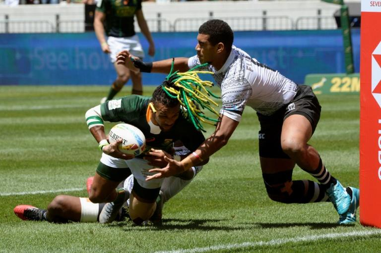 Rosko Specman (L) scores for South Africa during their 26-14 win over Fiji at the World Rugby Sevens Series in Cape Town (AFP Photo/RODGER BOSCH)