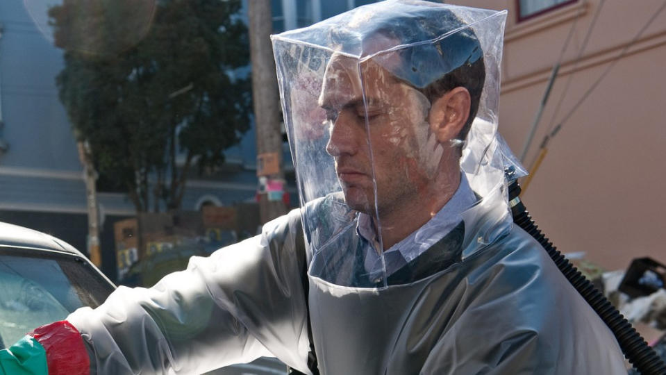 Jude Law as conspiracy theorist Alan Krumwiede in 'Contagion'. (Credit: Warner Bros)