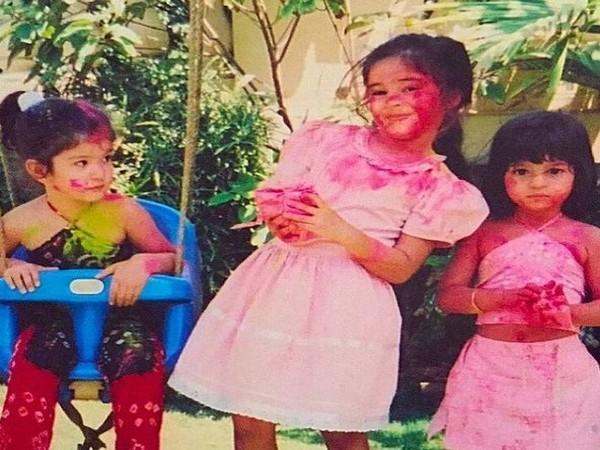 Childhood picture of Shanaya Kapoor, Ananya Paday, Suhana Khan playing Holi (Image Source: Instagram)
