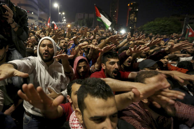 <p>Protesters gather for a demonstration outside the Prime Minister's office in Amman, early Tuesday, June 5, 2018. (Photo: Raad al-Adayleh/AP) </p>
