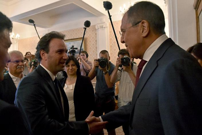 Russian Foreign Minister Sergei Lavrov (R) welcomes Syrian Opposition Council President Khaled Khoja during their meeting in Moscow on August 13, 2015 (AFP Photo/Kirill Kudryavtsev)