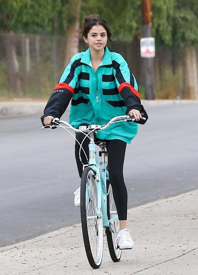 "<p>Newly single Selena Gomez was spotted out for a bike ride around her L.A. neighborhood on Halloween. The singer, who had a kidney transplant over the summer, looked to be in good spirits despite her recent split from her boyfriend of 10 months, the Weeknd. We're just <a href=""https://www.yahoo.com/lifestyle/guide-selena-gomez-justin-biebers-off-relationship-212630191.html"" data-ylk=""slk:wondering if Justin Bieber has anything to do with it;outcm:mb_qualified_link;_E:mb_qualified_link"" class=""link rapid-noclick-resp newsroom-embed-article"">wondering if Justin Bieber has anything to do with it</a>? (Photo: FANA/Backgrid) </p>"