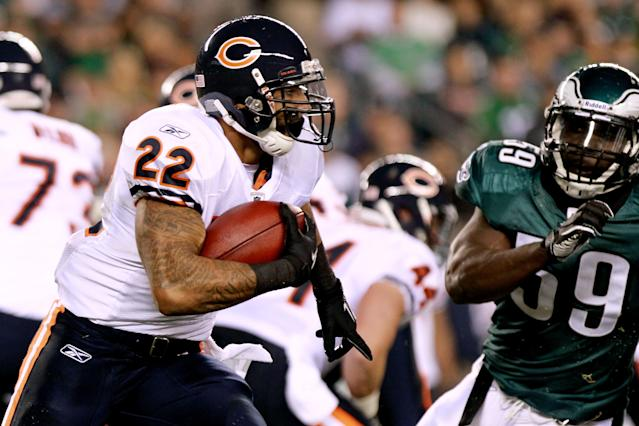 PHILADELPHIA, PA - NOVEMBER 07: Matt Forte #22 of the Chicago Bears runs the ball against Brian Rolle #59 of the Philadelphia Eagles during a game at Lincoln Financial Field on November 7, 2011 in Philadelphia, Pennsylvania. (Photo by Nick Laham/Getty Images)