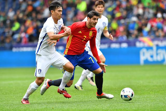 Spain's Alvaro Morata right, challenges for the ball with South Korea's Kim Kee-hee during a friendly soccer match between Spain and South Korea in Salzburg, Austria, Wednesday, June 1, 2016. The Spain National Football Team is in Austria for a training camp in preparation for the UEFA EURO 2016 soccer championships, hosted by France.(AP Photo/Kerstin Joensson)