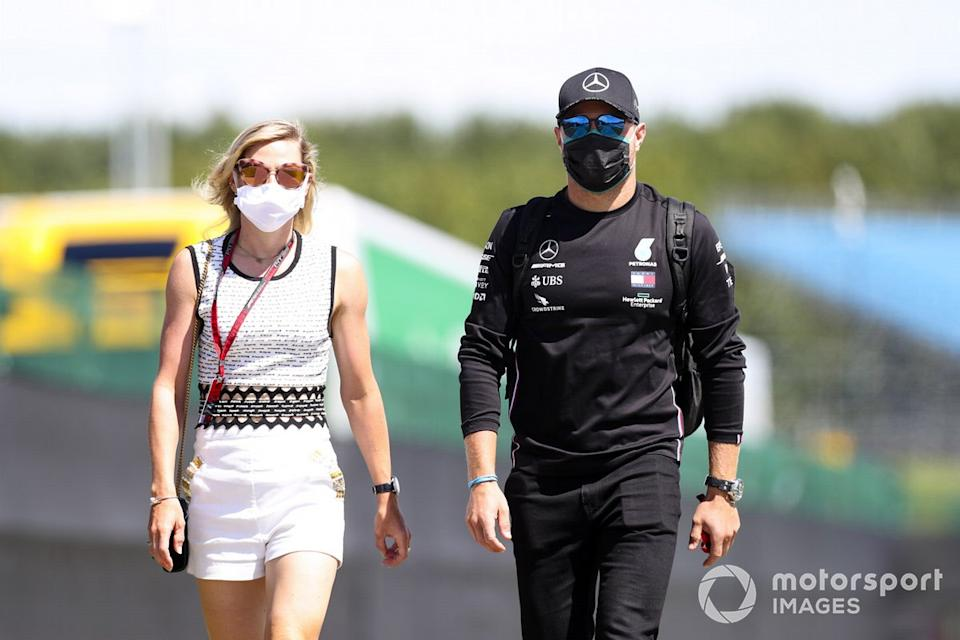 """Valtteri Bottas, Mercedes-AMG F1 con Tiffany Cromwell<span class=""""copyright"""">Charles Coates / Motorsport Images</span>"""