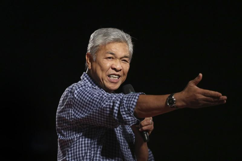 Ahmad Zahid said Tun Mahathir is 'alone' in Pakatan, with PKR under Anwar Ibrahim and DAP's Lim Kit Siang actively strategising against his leadership. — Picture by Yusof Mat Isa