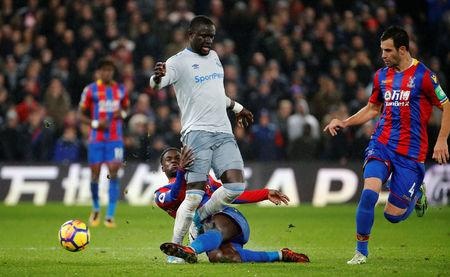 Soccer Football - Premier League - Crystal Palace vs Everton - Selhurst Park, London, Britain - November 18, 2017   Everton's Oumar Niasse in action with Crystal Palace's Jeff Schlupp and Luka Milivojevic