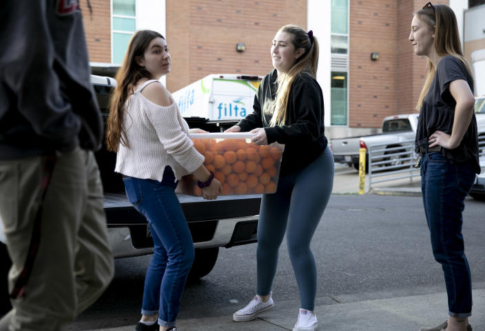 Image: Students deliver produce (Anne Wernikoff / for CalMatters)