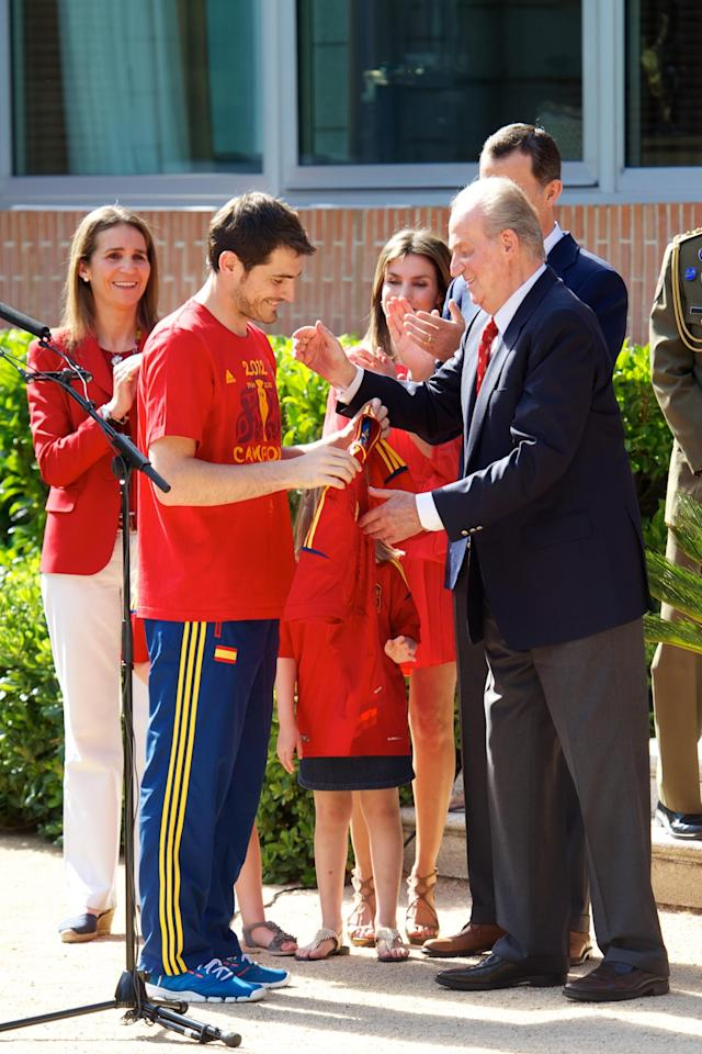 MADRID, SPAIN - JULY 02: Iker Casillas of Spain presents King Juan Carlos I of Spain (R) qith a replica shirt as the King receives members of Spain's victorious UEFA EURO 2012 football squad at Zarzuela Palace on July 2, 2012 in Madrid, Spain. (Photo by Pool/Getty Images)